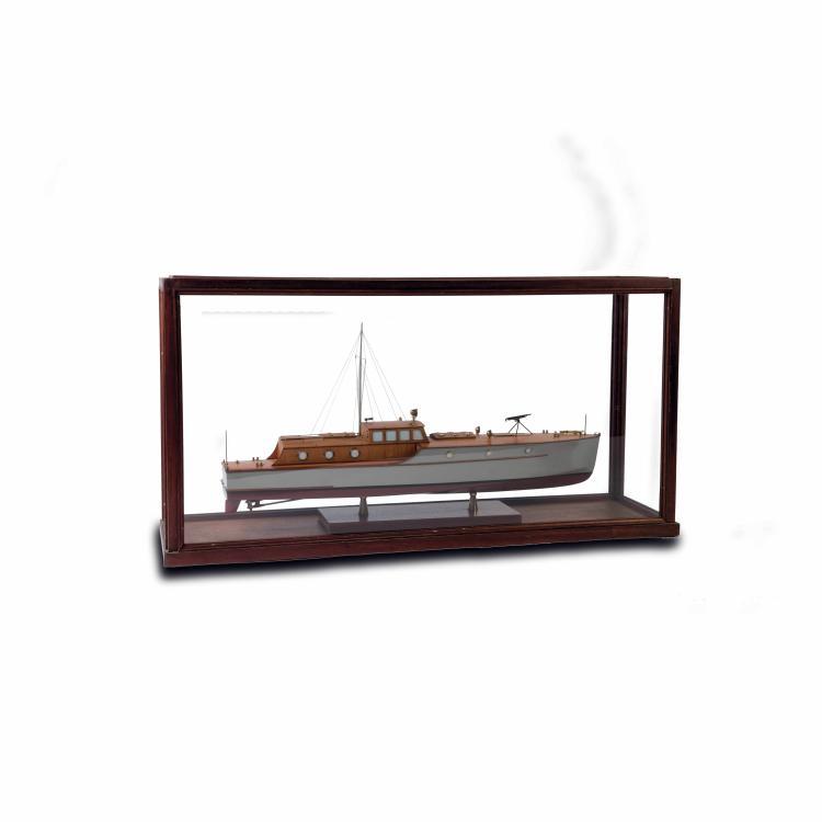 Maquette de Bateau à moteur pour la Milice portuaire italienne, années 30, 46 x 88 x 25 cm., bois et métal.