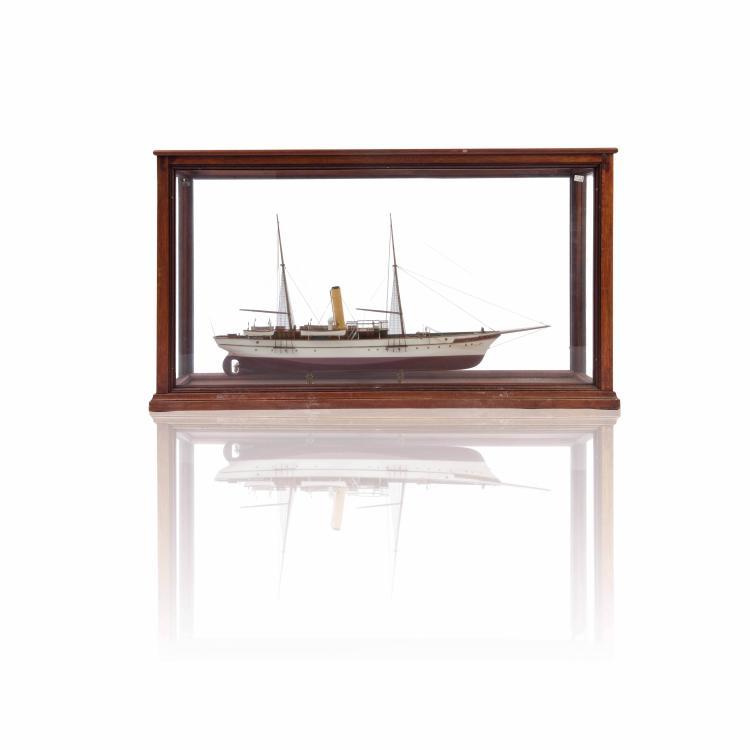 Maquette S/Y «SAIDA», 45 x 81 x 20 cm, bois, métal et fil, dans une vitrine.