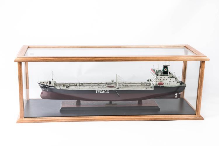 Maquette de Petrolier «TEXACO», Stockolm, dans une vitrine, 33 x 94 x 29 cm.