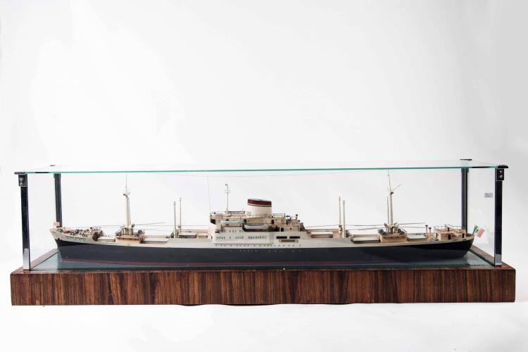 Maquette de la compagnie M/N «PACINOTTI», 32 x 118 x 29 cm., métal et bois, dans vitrine