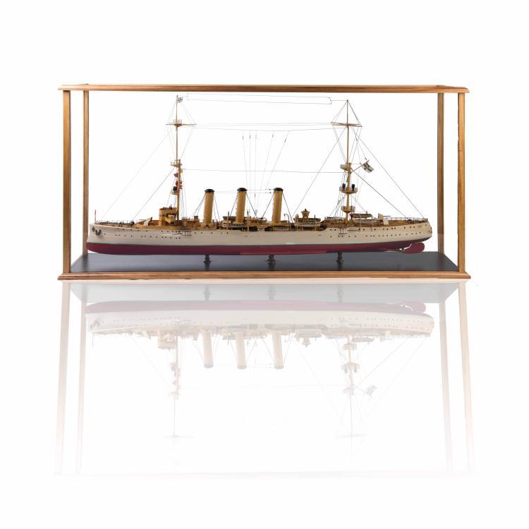 Maquette du Croiseur impérial allemand «ENDEM», dans une vitrine, 65 x 127 x 30 cm., bois, métal et fil.