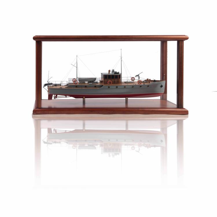 Maquette du «MAS» Baglietto, dans une vitrine, 50 x 90 x 30 cm., bois, métal et fil.