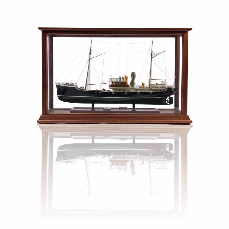 Maquette de Chalutier russe, dans une vitrine, 53 x 84 x 24 cm., bois, métal et fil.