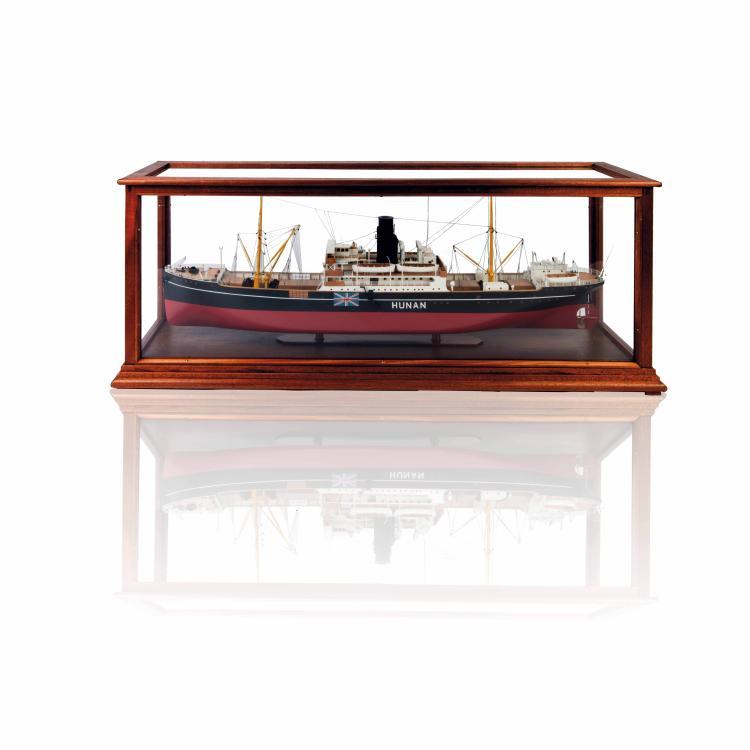 Maquette S/S «HUNAN», 43 x 108 x 31 cm., bois, métal et fil, 1:100, dans une vitrine