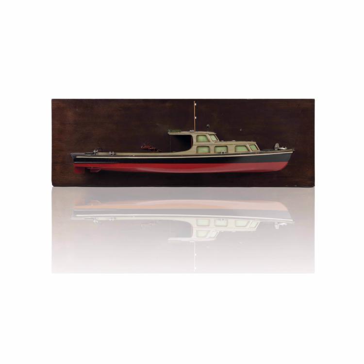Demi-coque Bateau à moteur Police fluviale allemande, 31 x 96 x 13 cm., bois, métal.