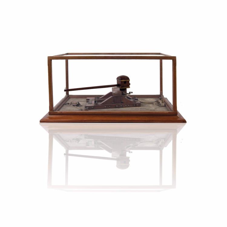Maquette d'Arsenal de Cabestan, bois et métal, 28 x 61 x 40 cm., dans une vitrine.