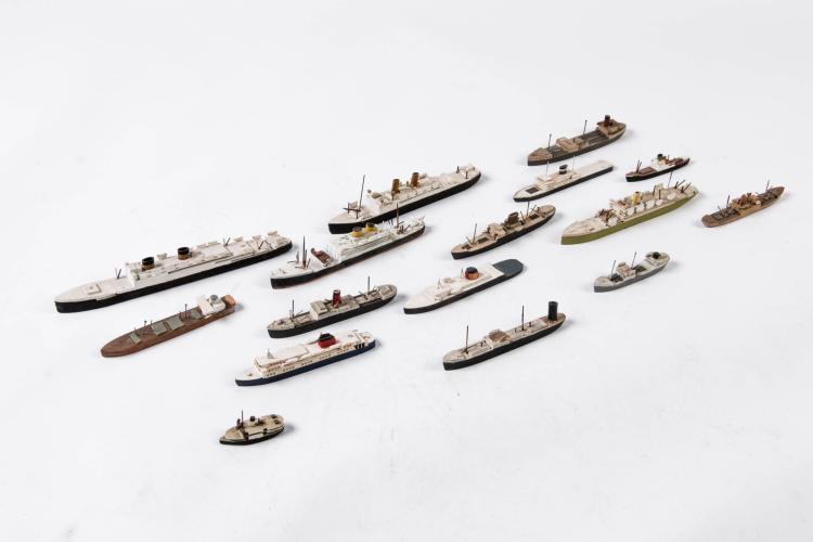 Lot de maquettes, 1:1200, en bois, 16 pièces.