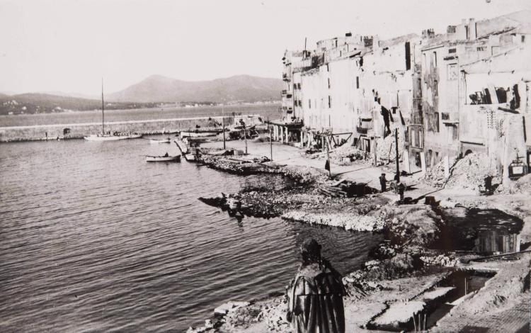 Lot de photos d'escales dans une boîte : types et paysage Afrique du Nord et une photo du port de Saint-Tropez après guerre.