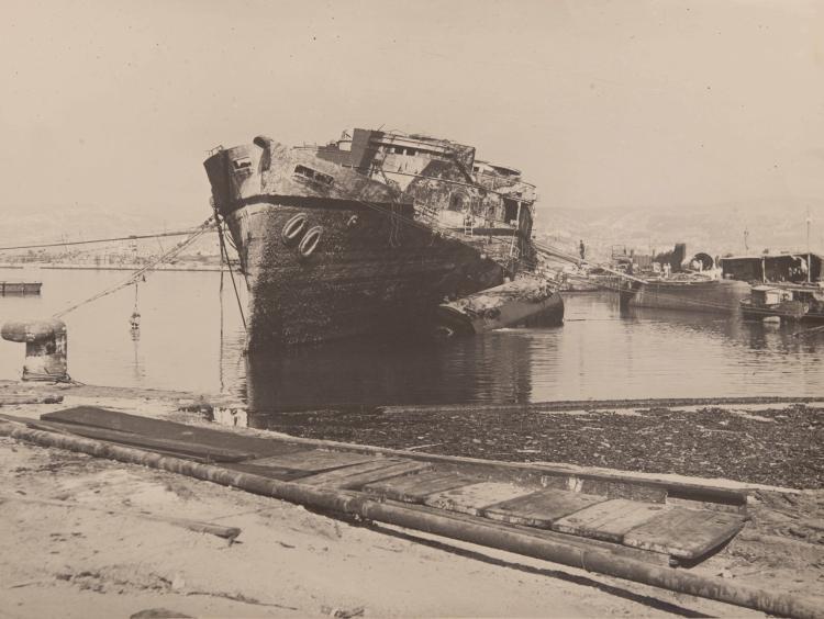 SAUGERON J.   Reportage sur le renflouement du... dans le port de Marseille. 5 tirages argentiques d'époque, 30 x 40 cm.