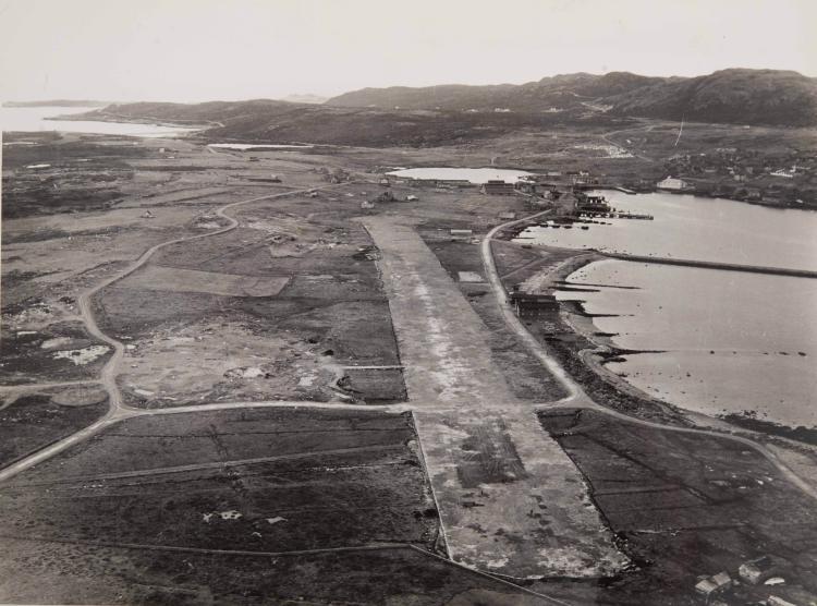 Saint Pierre et Miquelon   Lot de photos de la Compagnie mixte dont deux photos de magasins à Whiskey et Cham   - pagne représentant les locaux utilisés par la CGP pendant la prohibition aux Etats-unis. Tirages argentiques d'époque.