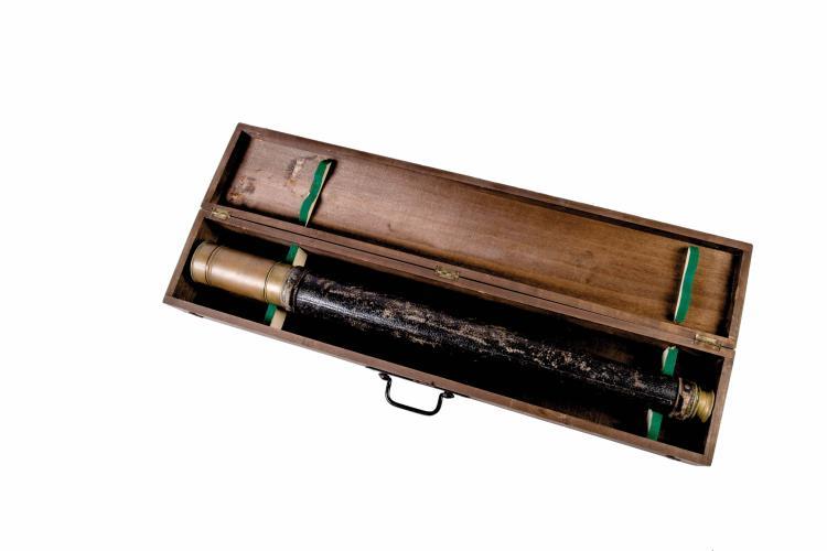 Longue-vue laiton et cuir dans sa boîte de transport Vion à Paris. 94 cm.