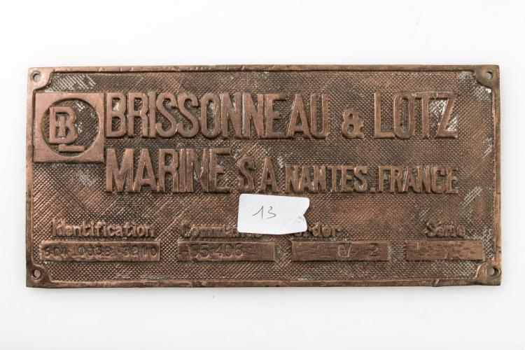 Plaque constructeur en bronze de la maison Brissonneau et Lotz à Nantes. 12 x 26 cm.