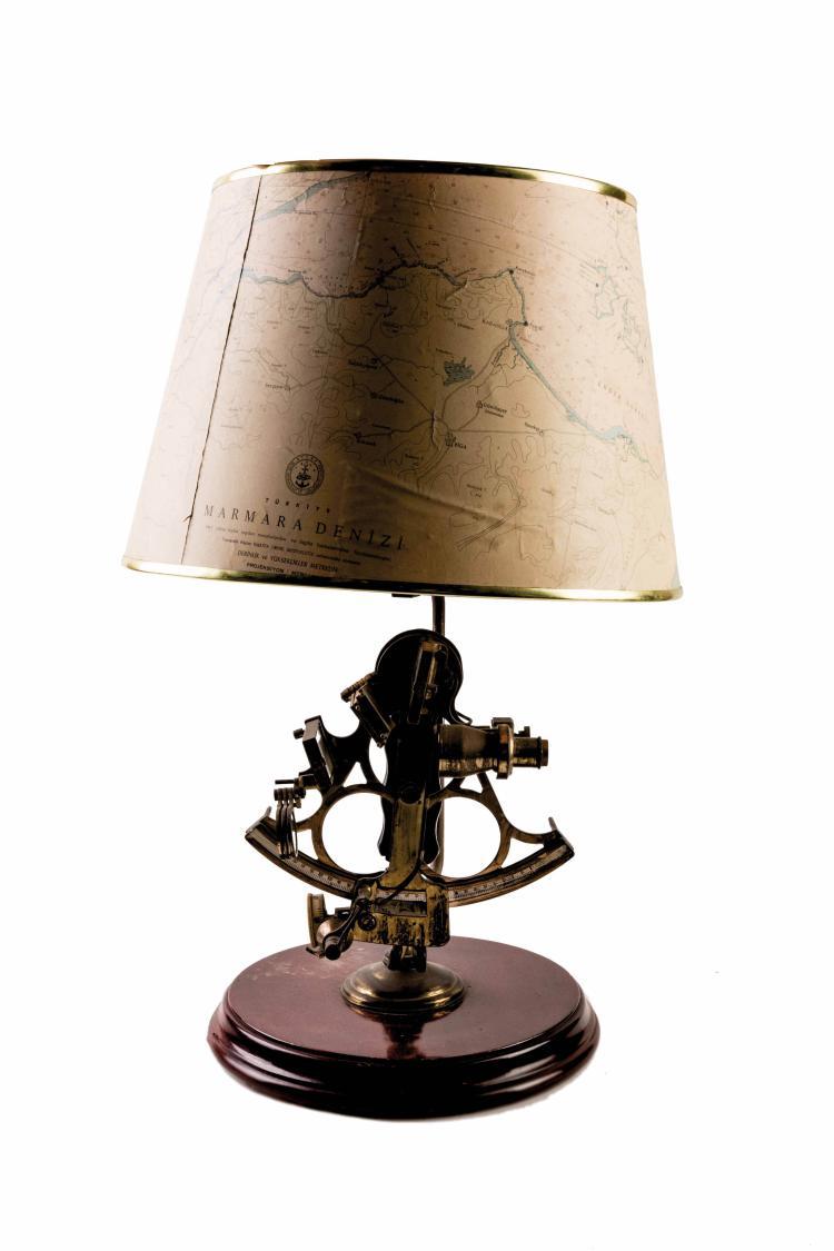 Abat-jour réalisé avec sextant «Husum», 60 x 40 cm.
