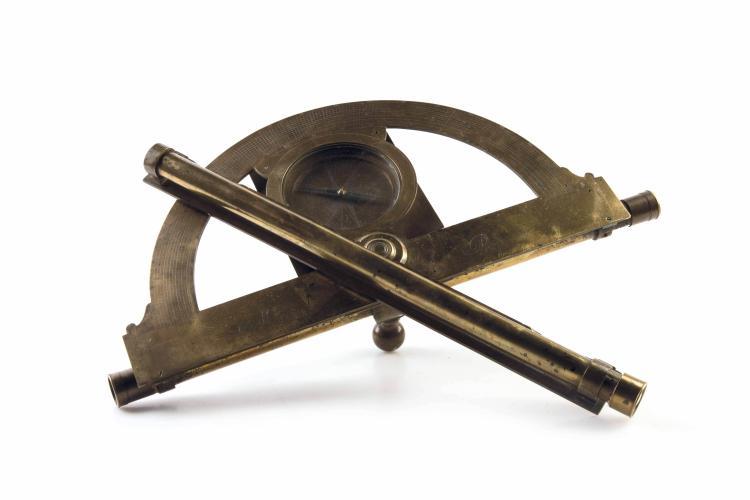 Graphomètre à lunettes en laiton signé Maquart. Epoque début XVIIIème siècle