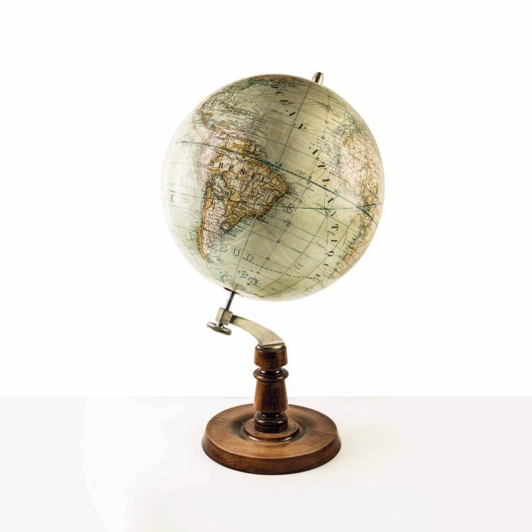 Globe terrestre par Girard Barrere et Thomas, vers 1940. 72 x 40 cm.