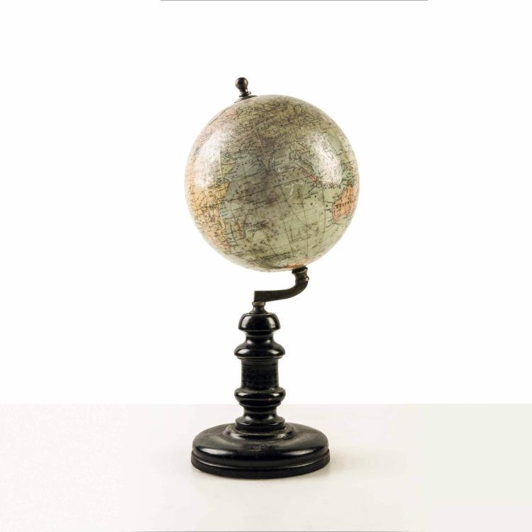 Petit globe par Périgot début XXe, pied tourné