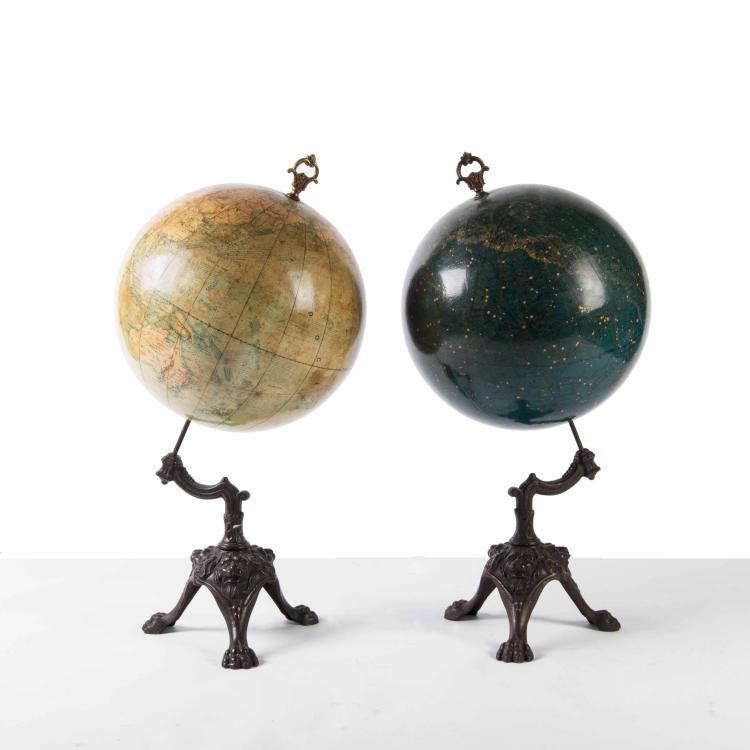 Paire de globes : sphère céleste et globe terrestre par l'Institut National de Géographie de Bruxelles, fin XIXe. 63 x 30 cm. Pied en fonte.