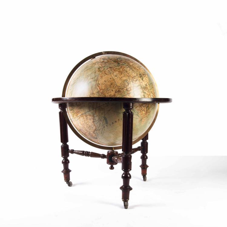 Globe de parquet par du Bail, XXe. 80 x 72 cm. Pieds en acajou.