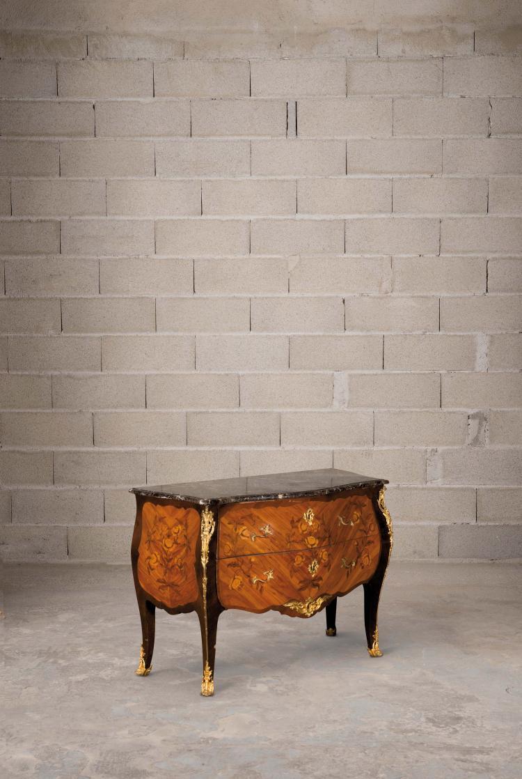commode de style louis xv en placage de bois de rose dans un. Black Bedroom Furniture Sets. Home Design Ideas