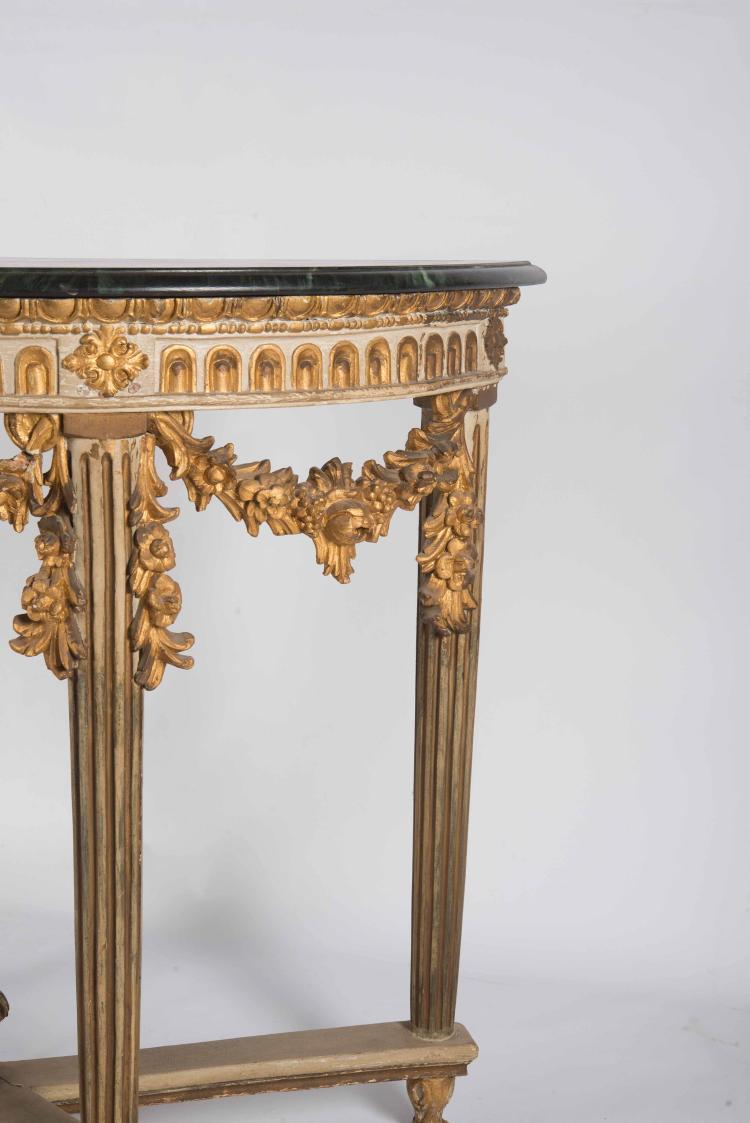Paire de tableconsole en bois peint et dore? de forme demi