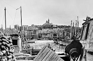 PIERRE JEAN AMAR (1947) Vieux-Port, 1965. Tirage argentique postérieur, signé, tampon du photographe au dos. 30 x 40 cm.