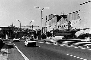 PIERRE JEAN AMAR (1947) Marseille, entrée autoroute Nord, 1984. Tirage argentique postérieur, signé, tampon du photographe au dos. 30 x 40 cm.