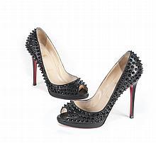 LOUBOUTIN   Paire d'escarpins en cuir noir,   Yolanda Spike à picots noirs, bouts   ouverts.   T. : 38. Etat d'usage.