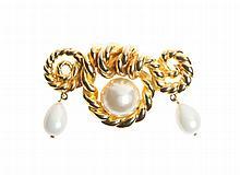 CHANEL - Imposante broche en cordages de métal doré et perles blanches, longueur 12cm.   Circa 2010   Très bon état