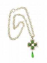 CHANEL - Long collier en métal doré , retenant un pendentif figurant une fleur en pâte de verre verte et une goutte en pâte de verre verte.   Circa 2012   Très bon état