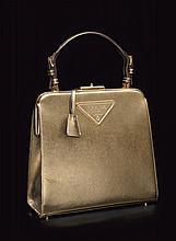 PRADA    Sac rigide en cuir saffiano mordoré, une anse courte réglable, accastillage en métal doré, intérieur en cuir beige, clefs clochette.   25 x 26 cm.   2005.   Bon état