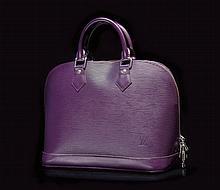 LOUIS VUITTON    Sac Alma en cuir épi violet, accastillage en métal, intérieur prune, deux poches clefs et cadenas.   L. : 30 cm.   Circa 2011.   Bon état.