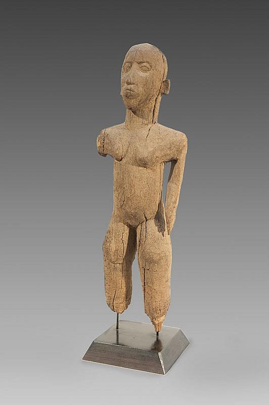 Personnage féminin Gurunsi, Burkina Faso. Statue en position hiératique. Bois à patine naturelle. Pieds manquants. H.: 62 cm.