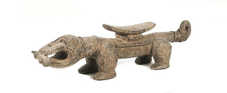 Siège figurant une panthère  BAOULÉ, Côte d'Ivoire.  Evoque la dignité Amwin, tenant dans sa gueule le chien  Adua, symbole de protection du village.  Bois à patine croûteuse, corde tressée.  L. : 58 cm.