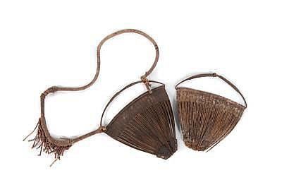 Deux cache sexe Afrique de l'ouest. Fer et lanières de cuir. H. : 14 cm.