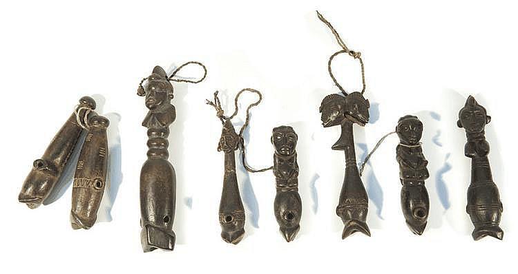 Ensemble de huit sifflets  Côte d'Ivoire.  Bois à patine brun foncé.  H. : 13 à 21 cm.