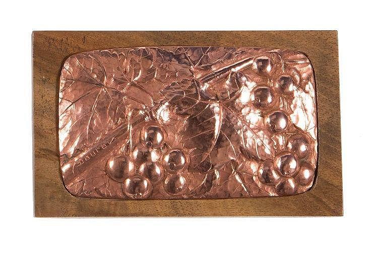 MAURICE DAURAT (1880-1969)   Plaque rectangulaire à coins arrondis en cuivre à décor de groseilles.   Vers 1908.