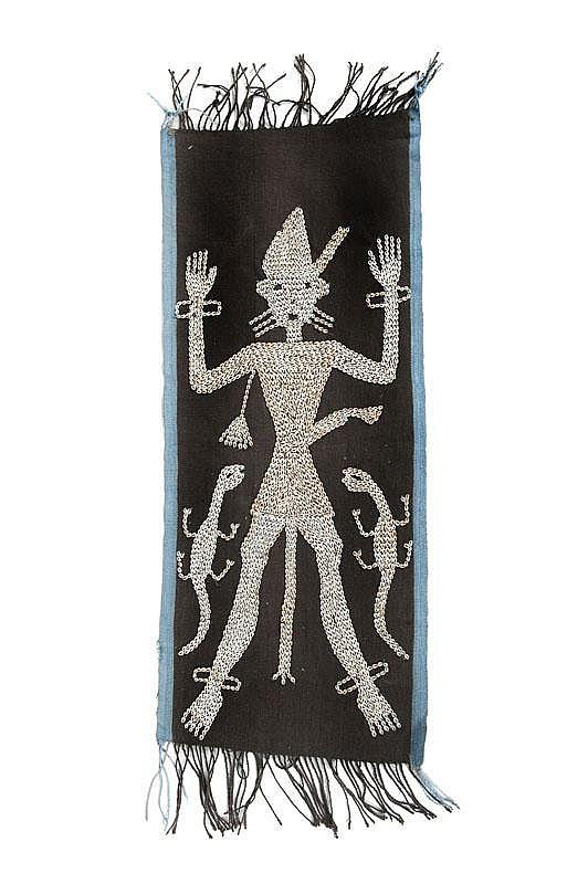 Tissu avec cauris Indonésie (?). Sur une trame de tissu, un personnage brodé et décoré à l'aide de petits cauris. H. : 80 cm env. « Acheté à Jakarta dans une galerie d'arts en 1998, tissu simplement beau et fin, dont j'ignore encore la fonction ».