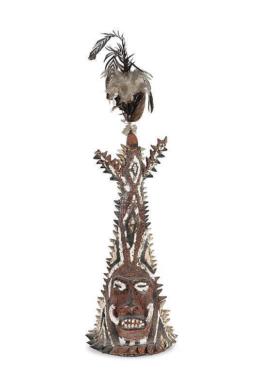 Coiffe cérémonielle Small Nambas Archipel du Vanuatu (ex. Nouvelles Hébrides). Ile de Malakula, région de South-West Bay. Objet d'une danse des cérémoniels du Naluan. De forme conique terminée par un trident, une tête en son centre, le visage porte