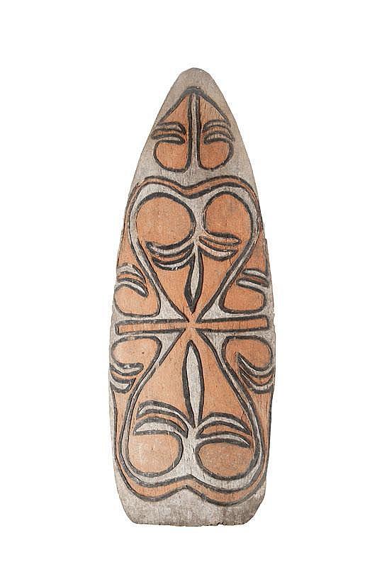 Bouclier, haute vallée de la Yellow River Collecte du musée Pigorini (Rome, 1999), Lorenzo Brutti pour le CNRS. Bois et pigments végétaux. H. : 165 cm. env. Pour des boucliers similaires, se référer au fonds de même provenance, même collecte du MAAOA