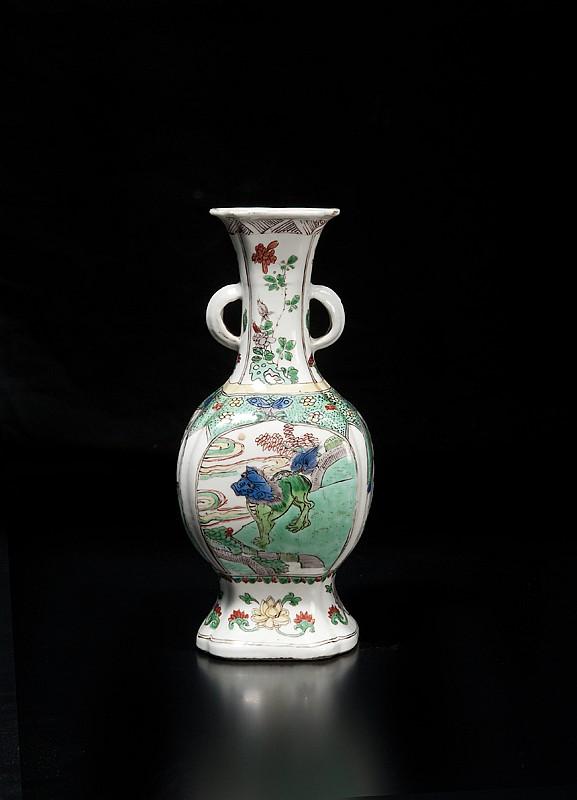 Vase en porcelaine famille verte Chine, dynastie Qing, époque Kangxi (1661-1722). De forme quadrangulaire balustre, le col agrémenté de deux petites anses, chaque face décorée en alternance de qilin, oiseaux et fleurs, le pied évasé décoré d'une