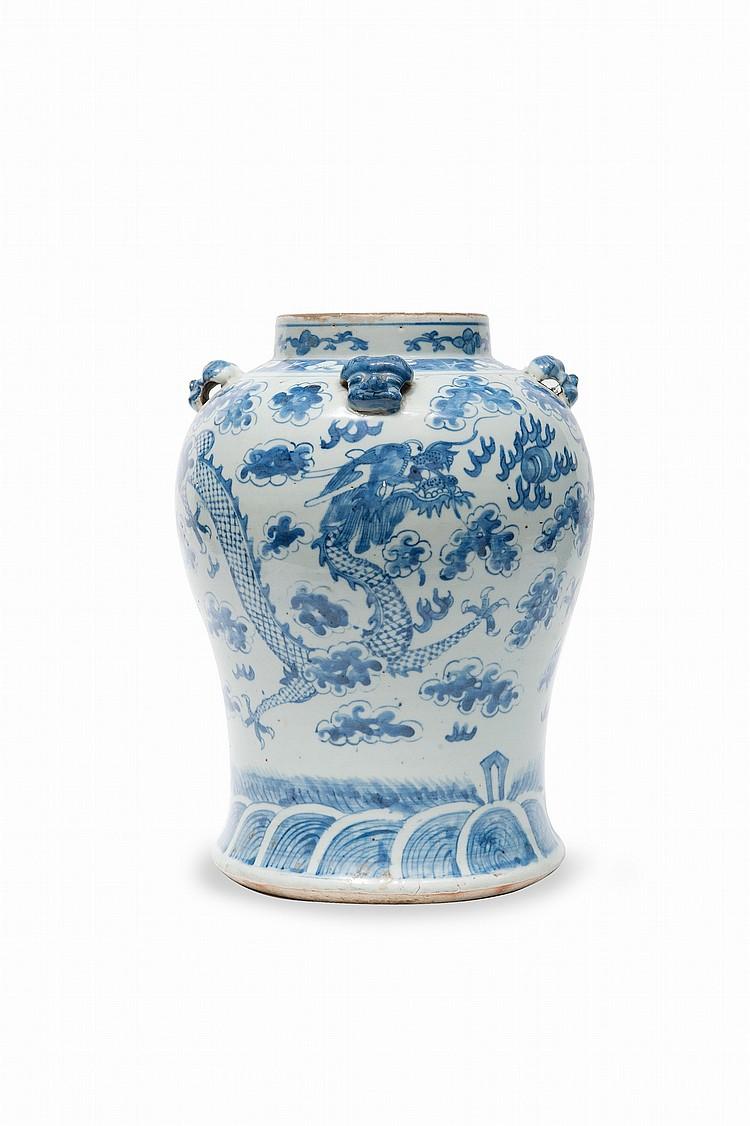 Paire de potiches en porcelaine bleu blanc  Chine, fin du XIXème siècle.  A décor de dragons au milieu de nuages, à la poursuite de  la perle sacrée, l'épaulement orné de masque d'animaux en  relief.  H. : 34,5 cm.