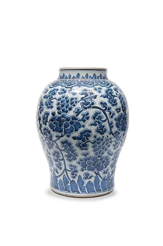 Paire de potiches en porcelaine bleu-blanc  Chine, XVIIème siècle.  De forme balustre, la panse décorée de fleurs stylisées et  de rinceaux feuillagés, l'épaulement d'une frise de ruyi, le  pied et le col de flammes.  H. : 48 cm.
