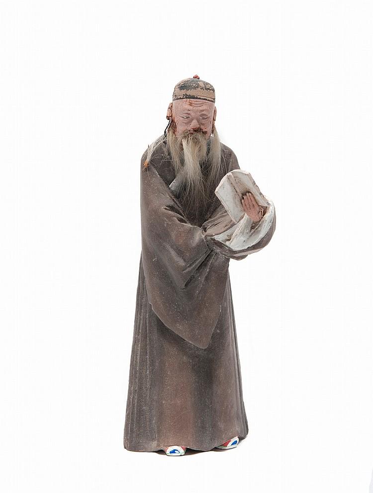 Trois statuettes de personnages en plâtre peint Chine, fin du XIXème siècle. Représentant une femme et deux hommes, la tête et les mains mobiles, vêtus du costume traditionnel. Petits manques. H. : de 22,5 à 25 cm.