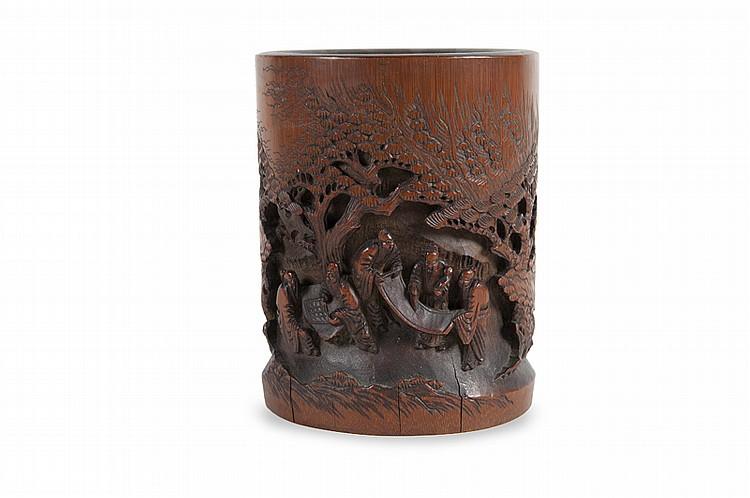Deux pots à pinceaux  Chine.  L'un sculpté de scènes de village, bananiers et pins. L'autre de buffles, enfants, vieillards  et pins.  H. : 14 et 16 cm.