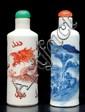 Trois tabatières en porcelaine  Chine.  De forme cylindrique, l'une bleu-blanc à décor de paysage, la  deuxième à décor de dragon, la troisième à décor de cheval et  personnages.  H. : 7 à 9 cm.