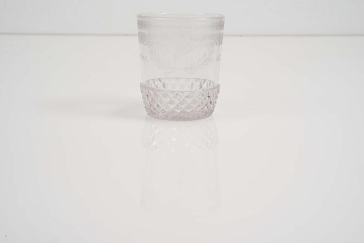 gobelet en verre translucide la base taill e en pointes d. Black Bedroom Furniture Sets. Home Design Ideas