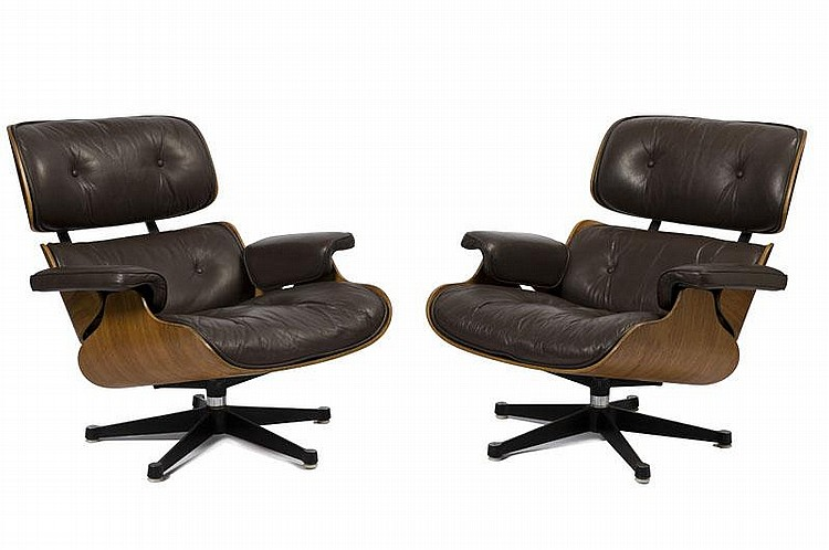CHARLES (1907-1978) & RAY (1912-1988) EAMESPaire de fauteuils modèle Lounge n° 670.Palissandre de Rio, cuir marron, acier.Etiquette de l'éditeur sous l'assise.82 x 81 x 81 cm.Edition Herman Miller, circa 1965.Bibliographie :Modèle similaire reproduit