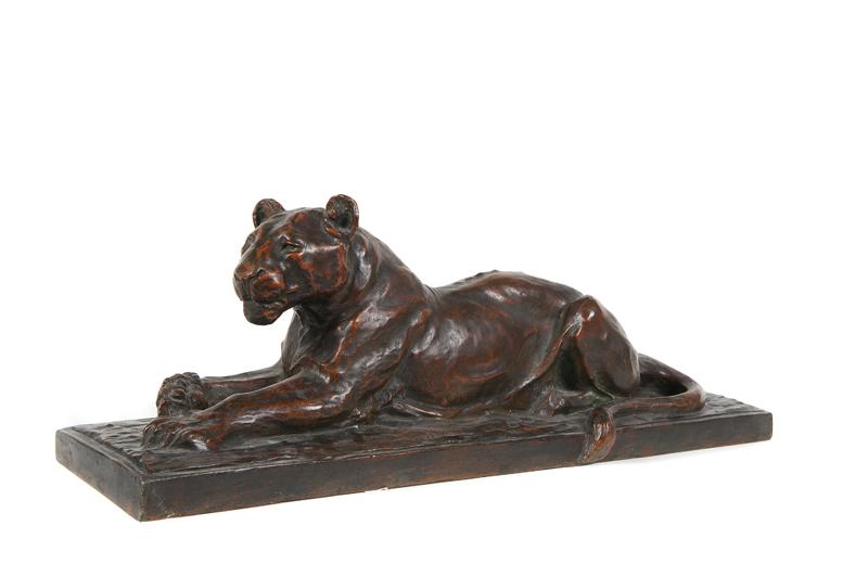Maurice Prost (1894-1967) Panthère couchée. Sujet en bronze à cire perdue à patine brune nuancée. Signé et marqué Susse frères édition Paris. H. : 22 cm. L. : 61 cm. P. : 17 cm.