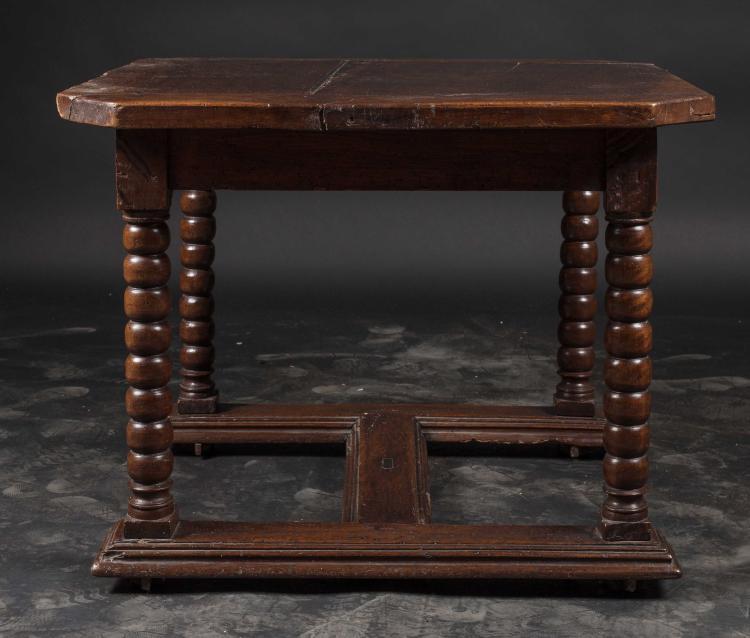 table en noyer teint le plateau rectangulaire reposant sur. Black Bedroom Furniture Sets. Home Design Ideas