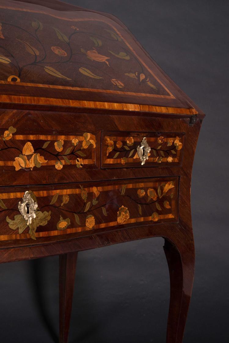 rare bureau de pente d poque louis xv en placage de bois de. Black Bedroom Furniture Sets. Home Design Ideas